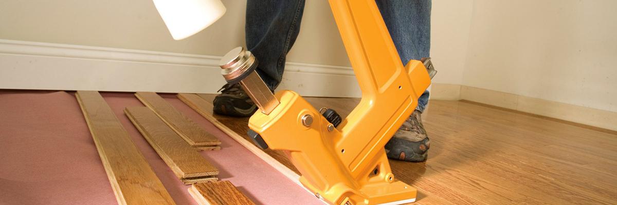 pose de parquet massif avec cloueur pneumatique blog de novi clous. Black Bedroom Furniture Sets. Home Design Ideas