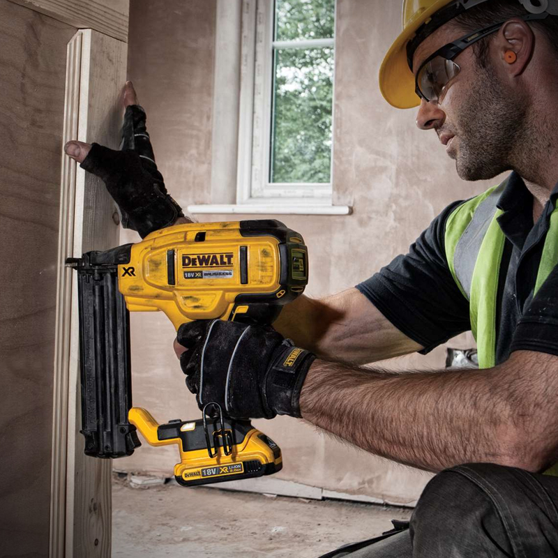 dcn-680-cloueur-sur-batterie-finition-18-ga-dewalt-nailer